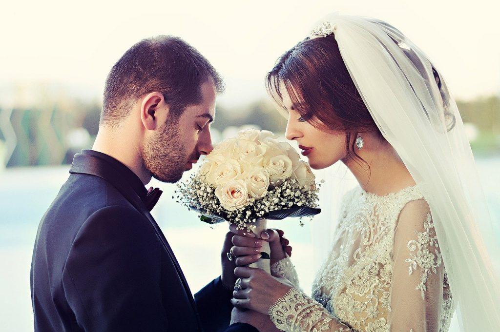 חתן וכלה עם זר פרחים לבן