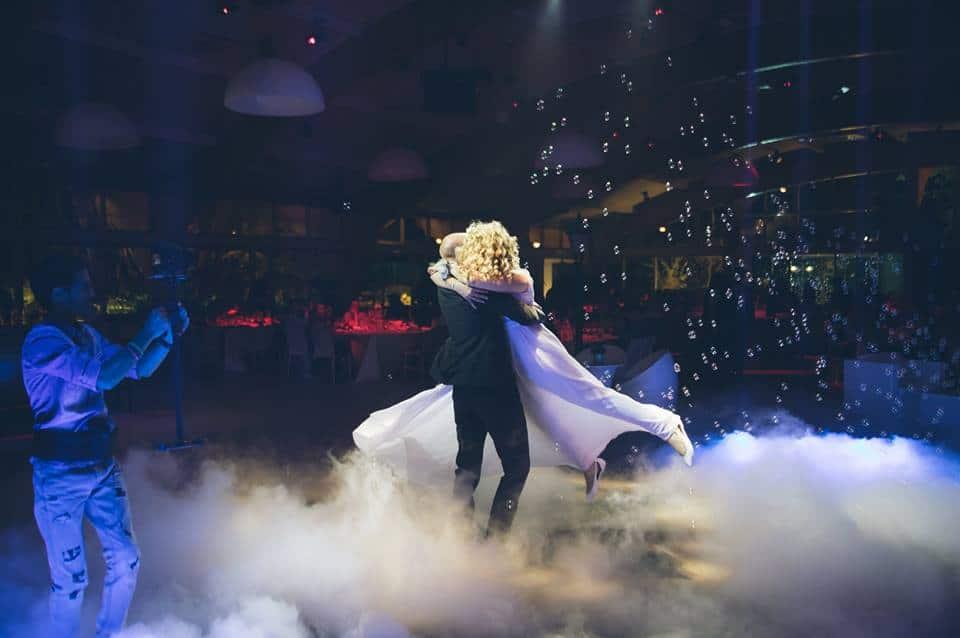 זוג צעיר על רחבת ריקודים