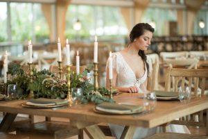 כלה ליד השולחן אבירים בגן אירועים במרכז
