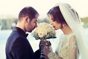 חתן וכלה עם זר פרחים