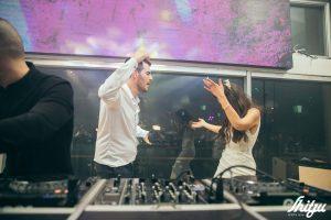 חתן וכלה רוקדים בעמדת המוזיקה