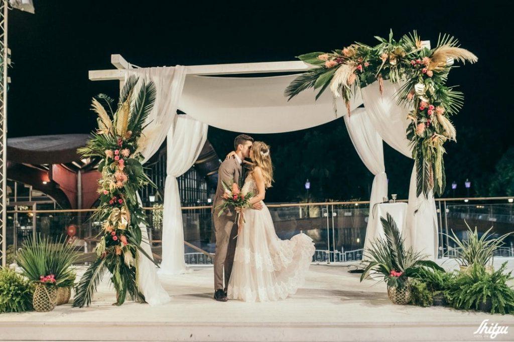 זוג מתנשק מתחת לחופה