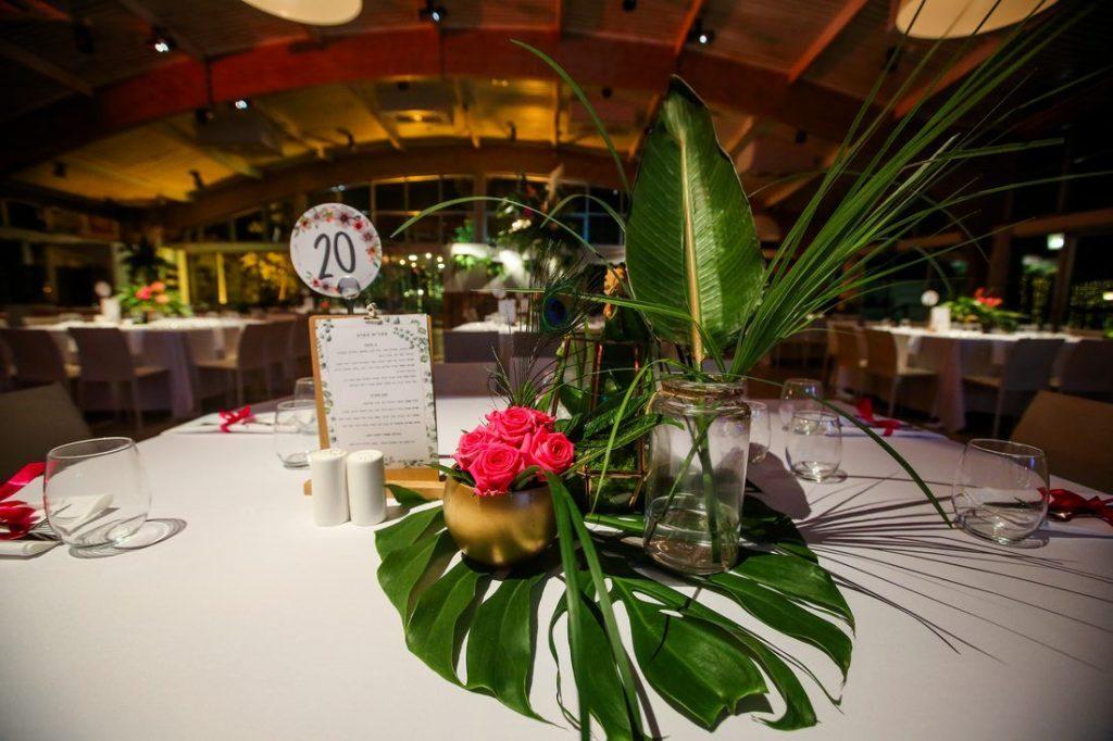 עיצוב מרכז שולחן ורדים ועלים