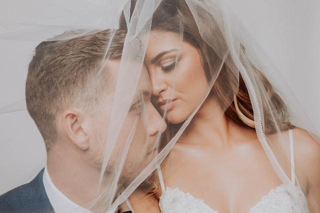 זוג צעיר בחתונה